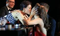 Hồng Quế lại hôn đồng giới trên sóng truyền hình quốc gia