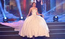 Choáng với chiếc váy cưới kết 1 triệu viên đá đuôi dài 2m của NTK Việt