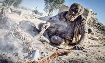Cụ ông không tắm suốt 60 năm, hút thuốc bằng phân động vật