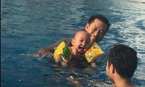 Con trai Tuấn Hưng thích thú khi tập bơi cùng bố
