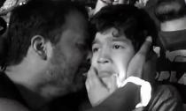 Clip khoảnh khắc cha khóc cùng con tự kỷ gây xúc động