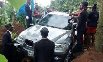 Con trai chôn bố trong xe BMW mới cứng để báo hiếu