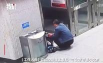 Trung Quốc: Nhà mất điện, bố đưa con ra ga tàu làm bài tập gây sốt