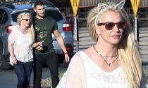 Britney Spears mặc thùng thình, 'cưa sừng làm nghé' với bờm tai mèo khi dạo phố cùng tình trẻ kém 13 tuổi