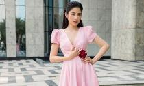 Chị gái song sinh của Nam Em đón Valentine với đầm hồng điệu đà