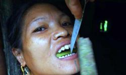 Khám phá tục đục răng phụ nữ Mentawai ở Indonesia