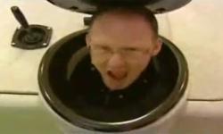 Trò đùa trong nhà vệ sinh