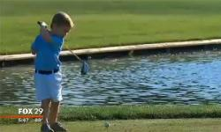 Cậu bé 3 tuổi cụt 1 tay đánh golf gây sốt
