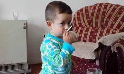 Giật mình cảnh cha cổ vũ con trai 3 tuổi hút thuốc