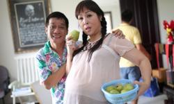 NSND Hồng Vân 'khệ nệ bụng bầu', chuẩn bị 'sinh' song thai