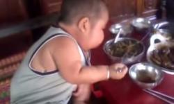 Em bé 2 tuổi ở Kiên Giang ăn bằng 3 người lớn