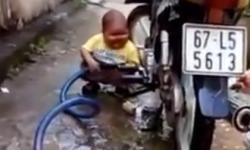 Em bé rửa xe siêu đáng yêu