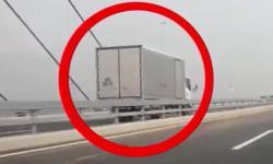 Rợn người xe tải chạy ngược chiều tốc độ cao trên cầu Nhật Tân