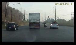 Vượt ẩu, ô tô con suýt gây tai nạn