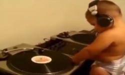 Bé tập chơi DJ cực nhộn