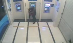 Thót tim clip thiếu nữ bị tên cướp kề dao vào cổ trấn tiền ở cây ATM