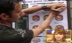Bóc bánh hamburger trên... cuốn ca-ta-lô ra để ăn