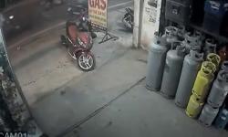 Thanh niên manh động trộm xe Air Blade ngay trước mặt chủ