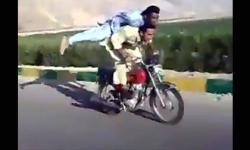 Thót tim với màn đi xe máy buông tay buông chân