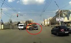 Ôtô vượt đèn đỏ đâm nát xe máy