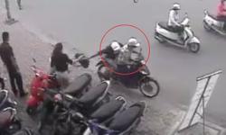 Cướp liều lĩnh giật túi xách cô gái ngay trước mặt bảo vệ