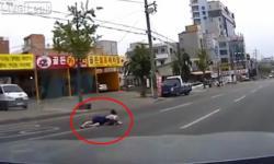 Người phụ nữ và đứa trẻ rơi khỏi ô tô vì... quên chốt cửa