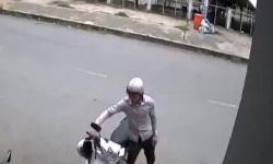 Cô gái 'đứng hình' vì bị trộm xe máy