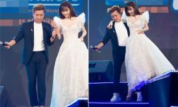 Nhã Phương diện đầm trắng như công chúa, được chồng bế bổng xuống sân khấu