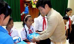 Lý Hải tặng nhà và học bổng cho học sinh nghèo