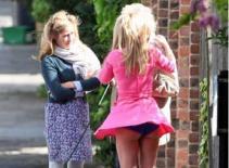 Cựu thành viên Spice Girls bị tốc váy