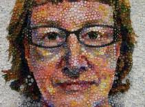 Tự khắc họa chân dung từ các nắp chai