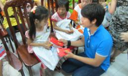 Con nuôi cưng NS Hồng Vân đi chùa làm từ thiện đầu xuân