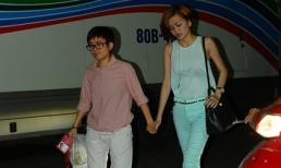 Phương Uyên bình thản nắm tay Thiều Bảo Trang rời The Voice