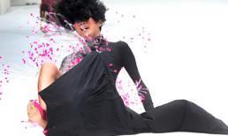 Khoảnh khắc người mẫu 'ngã dập mông' vì giày cao gót