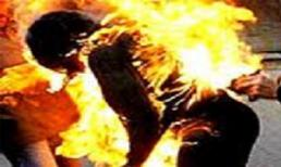 """""""Phi công trẻ"""" tưới xăng đốt bạn tình"""