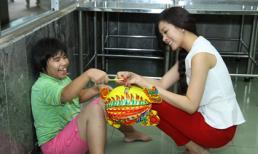 Hoa hậu Michelle Nguyễn chơi trung thu cùng trẻ em khuyết tật