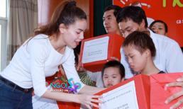 Hà Hồ đón trung thu cùng các em nhỏ khuyết tật