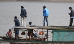 Người nhà tìm thi thể chị Huyền ở cửa biển Ba Lạt (Thái Bình)