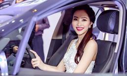 Thu Thảo diện váy trắng gợi cảm, cầm lái xế hộp tiền tỷ