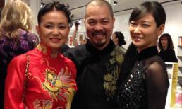 NTK Đức Hùng diện áo dài họa tiết rồng trong buổi triển lãm tại Mỹ