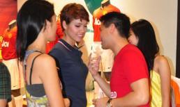 Hoàng My cùng gia đình bạn trai 'quậy' trong shop thể thao