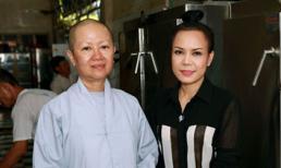 Việt Hương dùng tiền phúng điếu mẹ đi làm từ thiện