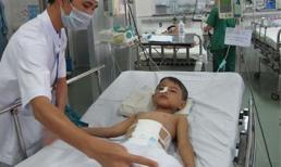 2 bé trai TP.HCM bị đâm 11 nhát dao