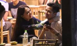 Hương Giang Idol chăm sóc bạn trai ở quán vỉa hè