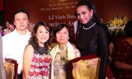 Trương Thị May áo dài giản dị đi dự tiệc