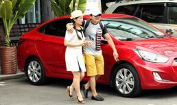Vợ chồng danh hài Kiều Linh lái xế hộp đỏ rực đi uống cà phê
