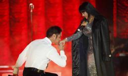 Ngọc Sơn quỳ gối hôn tay 'nữ hoàng nhạc Rock' Ngọc Ánh