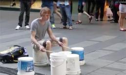Độc đáo với màn biểu diễn trống bằng... thùng nhựa