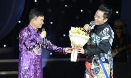 Quang Linh mừng sinh nhật Tùng Dương ngay trên sân khấu