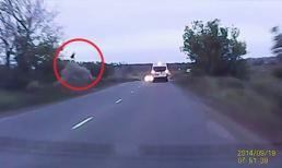 Kinh hoàng cảnh tài xế ô tô bay cao gần 10 mét sau khi gặp tai nạn